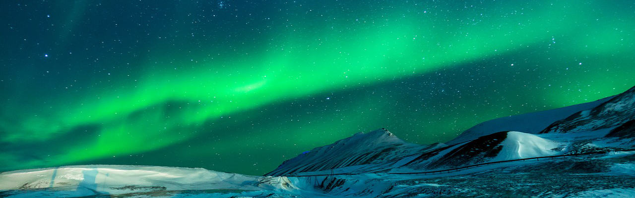 Nortern lights over Alaskian mountains at night